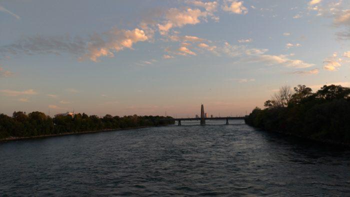 夕日に染まるセントローレンス川